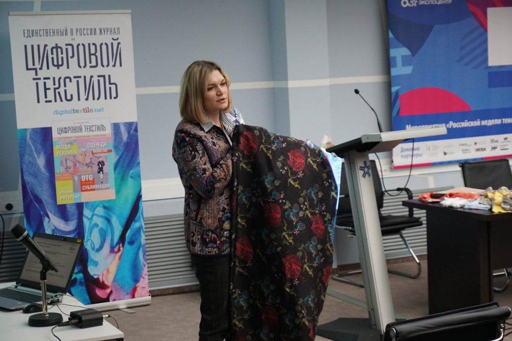 Юлия Архипова демонстрирует образцы своей фабрики.