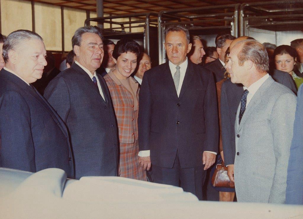Антонио Монти демонстрирует своё оборудование Брежневу и Косыгину